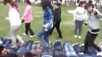 被女生踩在脚底的男生发出了歇斯底里的叫喊!!!!!!!(流畅)
