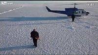 难得一见的美国潜艇破冰而出