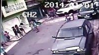 监控记录震撼恐怖车祸 车辆失控瞬间高速撞到5位女子