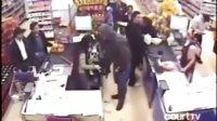【藤缠楼】国外男子持枪抢劫时被猛男爆头