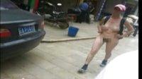 实拍:女子昆明街头裸奔