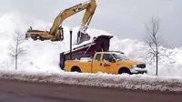美国人民清除道路积雪 卡特挖掘机