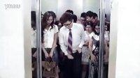 看屌丝男怎么上超重电梯