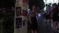 实拍:神秘盲女北京街头演唱张惠妹听海