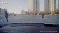 20140210红军营南路清苑路口电动车闯红灯被撞