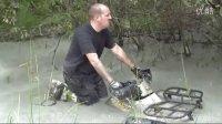 老外在近一米深泥浆中测试春风X7沙滩车