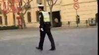【拍客】上海最帅交警迷倒一片女白领 成城市风景