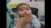 台湾淡水马护士示范给宝宝旋转拍嗝技巧 _标清