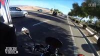 【奇趣视界】外国好青年!见马路上有障碍物立刻停车挪开!点赞!