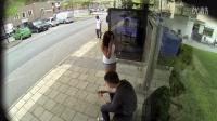 【奇趣视界】车站广告牌突然出现正在等车的人的照片 太神奇了!