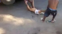 实拍众人当街将小偷打晕后扔进河里
