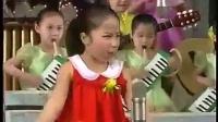 朝鲜小演员在台上表演表情很丰富!