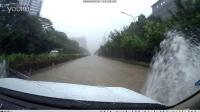 深圳暴雨普拉多轻松过水