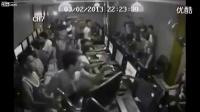 监控实拍网吧里两群人疯狂斗殴