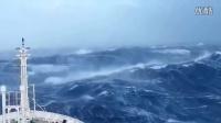 大货轮在海上暴风中勇猛前行,差点被打翻