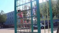 5岁女童玩双杠