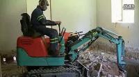 小型挖掘机钩机室内工作视频表演_标清