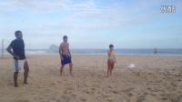 贝克汉姆和儿子们在巴西沙滩玩沙滩足球
