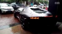 武汉雨中街拍黑大牛。