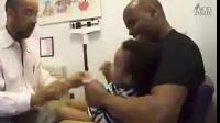 美国医生给婴儿打疫苗-看看人家的医德和医风