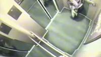 实拍:女子电梯内小便[高清版]~1