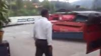 油罐车司机像一个高手疯狂娴熟的掉头