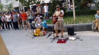 五道口地铁口的桶子鼓乐队——演唱歌曲童年