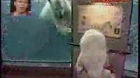 北极熊发威吓坏日本萌萝莉看完之后会有种萌化了的感觉!