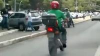 愤怒司机马力全开顶翻摩托车手