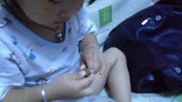 女儿完全成长记录:两岁多萌妹子和爸妈一起剥莲子!