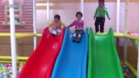 【球妈】搞笑 2岁宝宝连滚带爬滑滑梯 笑死啦!_高清