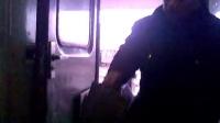 实拍旅客登火车人太多 列车员懂的直哆嗦