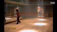 珍贵自拍:MJ在练习室排练太空步