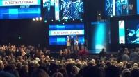 [独家视频]Pitbull给张杰颁奖,开头好像说错了,又重新来!