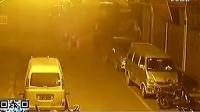 监控实拍:震惊!黑恶团伙街头持长刀火拼 倒地男子被乱刀猛砍 似古惑仔大片_标清