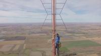 【发现最热视频】32个赞!实拍男子攀爬到1500英尺高空为换一个红灯