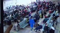 【拍客】男子火车站候车室盗窃返乡大学生行李