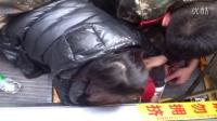 春运首日 旅客行李箱不慎滚落砸倒2岁女童致母女被卡扶梯