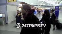 Kanye West在机场让小歌迷把耐克鞋扔进垃圾桶