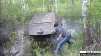 【发现最热视频】碉堡了!战斗民族开车进泥潭