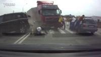 直擊驚險瞬間!卡車突然衝撞行人,馬尾妹被撞滾好幾圈!