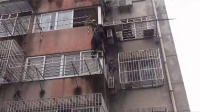南通:四岁女童爬出窗外堕落空调外机!消防紧急施救