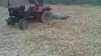 2岁农村娃玩小四轮拖拉机
