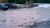 【发现最热视频】实拍!战斗民族吉普车过河被吹底朝天