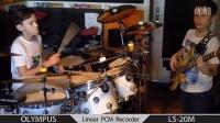 正太小鼓手Igor Falecki和小贝斯手Kamil Pyrek演奏Jurassik funk