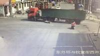 监控实拍:太恐怖!路口抢行 摩托男命丧大货车车轮下...