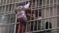 女童被困防盗窗 消防员全力营救