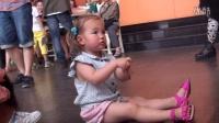 2岁混血小萝莉纠结上水彩笔盖 较劲萌样萌翻众人!
