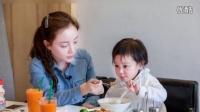 贾乃亮李小璐带女儿温馨午餐 甜馨乖巧喂妈妈