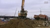 现代 Robex 210W- 9S轮呔式挖土机在装载卡车